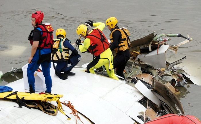 Крушение самолета в Тайване (11 фото и 1 видео)