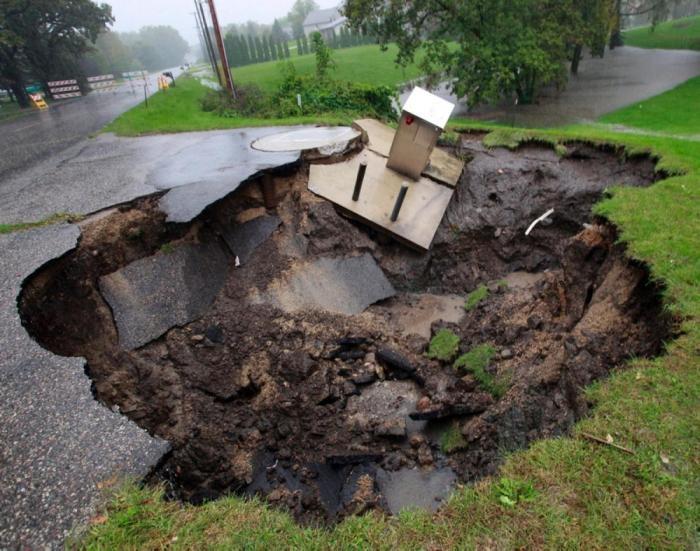 Фотографии масштабных провалов грунта (28 фото)