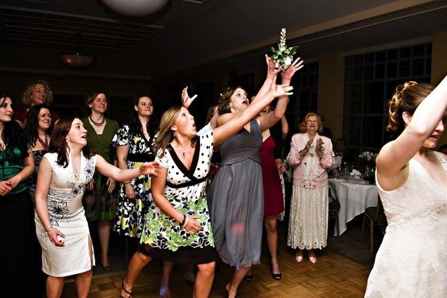 Битвы за букетик невесты (20 фото)
