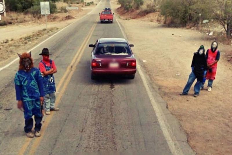 Подборка необычных людей и ситуаций, попавших в кадр камер Google Street View (17 фото)