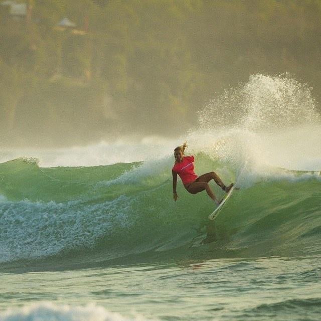 Девушка занимается серфингом, несмотря на отсутствие руки и беременность (16 фото)