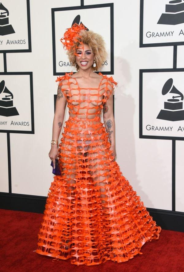 Откровенное платье начинающей певицы