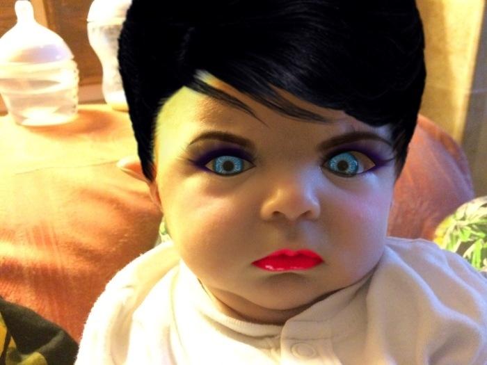 Младенец под макияжем
