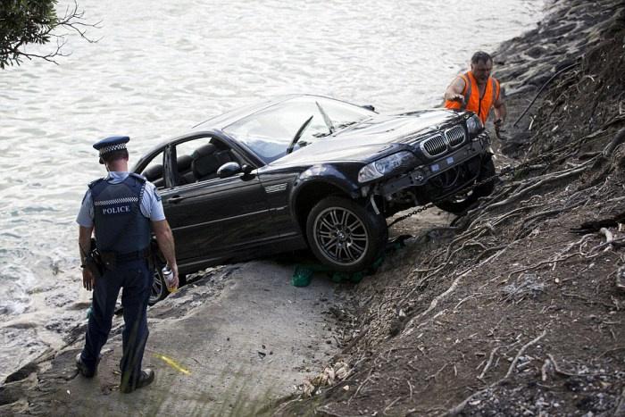 Спасение женщины из тонущей машины