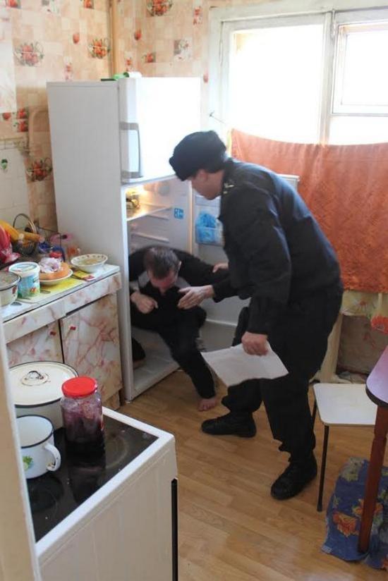 Неудавшаяся попытка спрятаться от приставов в холодильнике (5 фото)