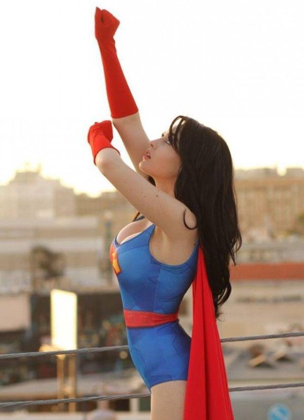 Поклонница косплея в образе Супервумен (5 фото)