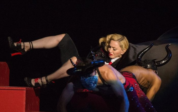 Падение Мадонны на церемонии вручения Brit Awards (7 фото и 1 видео)