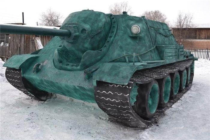 Студент вылепил из снега артиллерийскую самоходку в натуральную величину