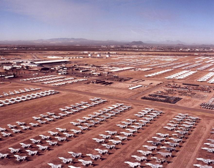 Огромная площадка хранения снятых с эксплуатации самолетов