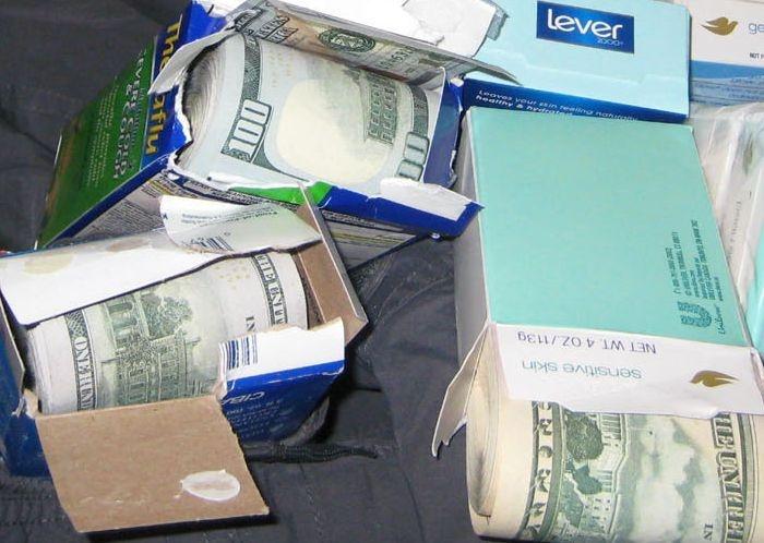 В нью-йоркском аэропорту у пассажира нашли спрятанные 770 тысяч долларов (5 фото)