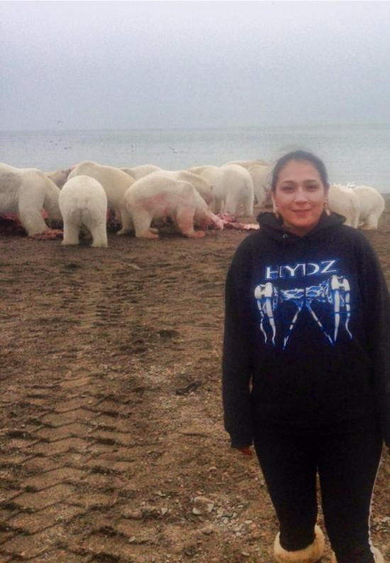 Фото отважной девушки на фоне хищников
