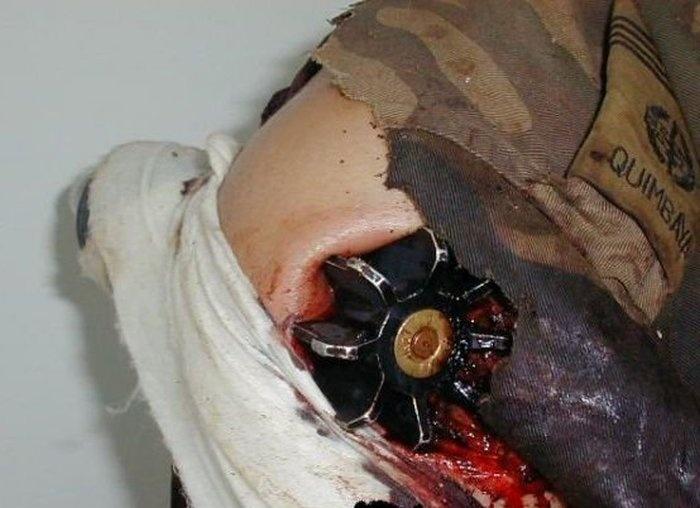 Неразорвавшаяся мина от миномета в руке солдата