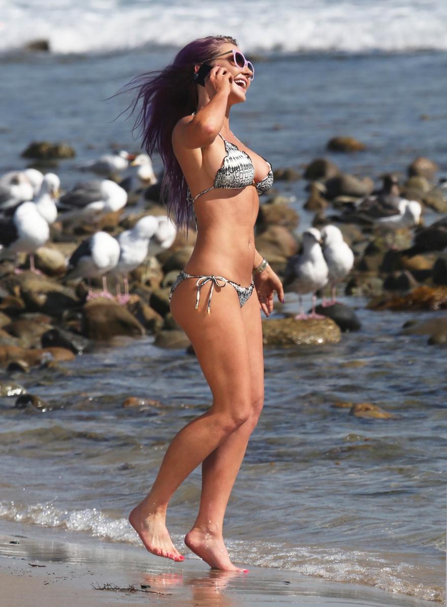 Модель Ники Ланд позирует на пляже