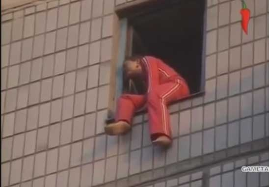 Девушка попыталась выброситься из окна девятиэтажки