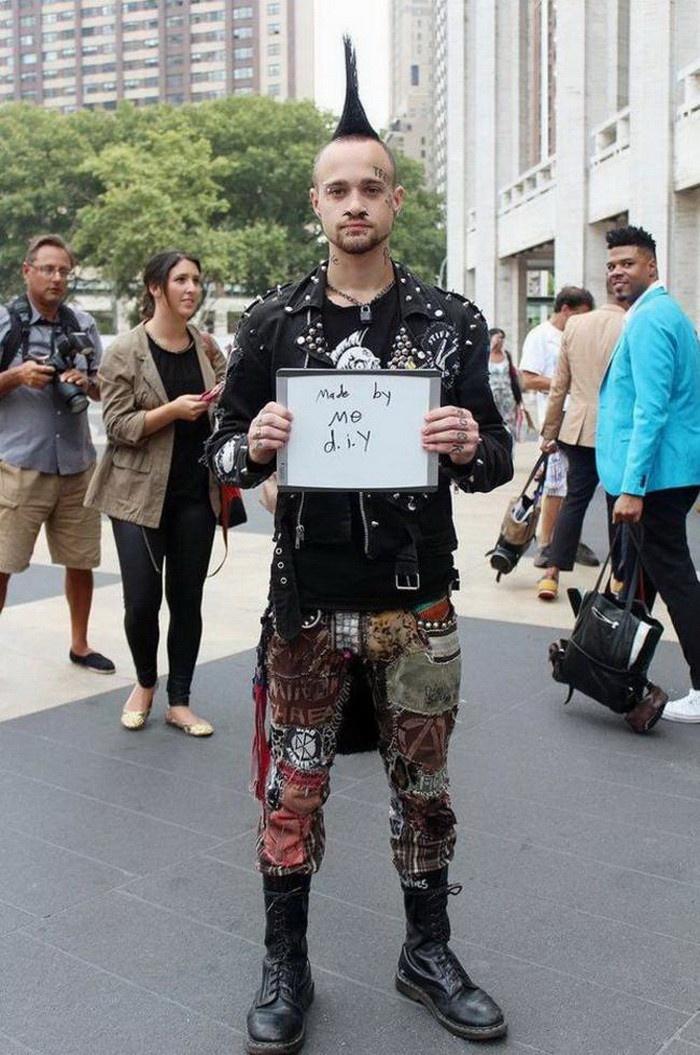 Случайные прохожие и стоимость одетой на них одежды (24 фото)