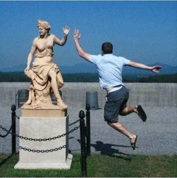 Прикольные фото с памятниками (20 фото)