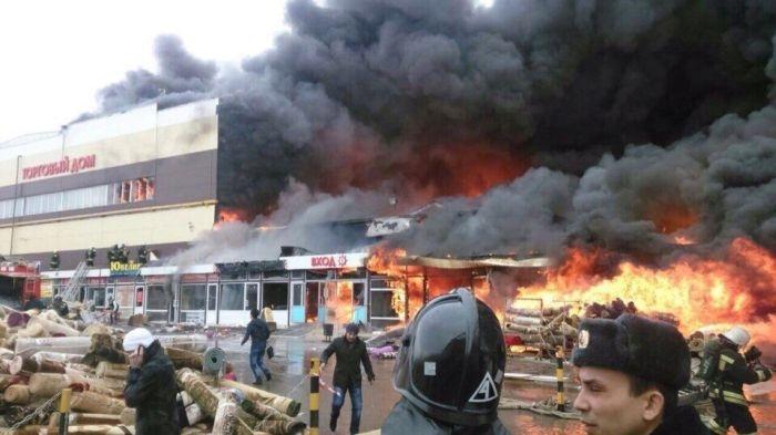Серьезный пожар в казанском торговом центре (11 фото и 2 видео)