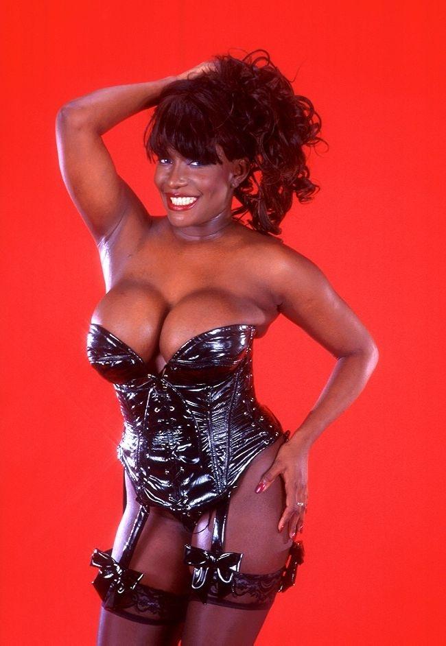 Фотографии популярных темнокожих порноактрис (18 фото)