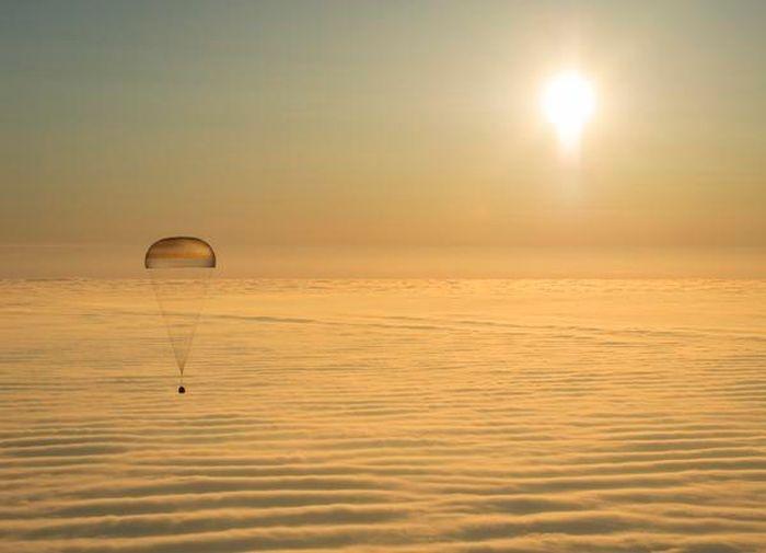 В Казахстане приземлилась капсула с космонавтами (5 фото)