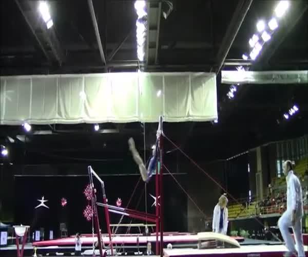 Тренер дважды ловит гимнастку