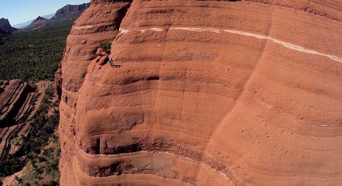 Опаснейшая поездка на велосипеде по выступу скалы (5 фото и видео)