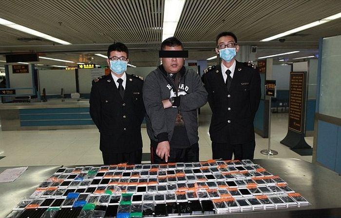 Неудачная попытка пронести на себе 146 смартфонов через таможенный контроль