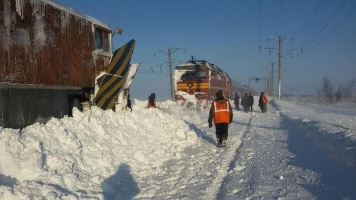 Остановка пассажирского поезда из-за огромных сугробов (2 фото)