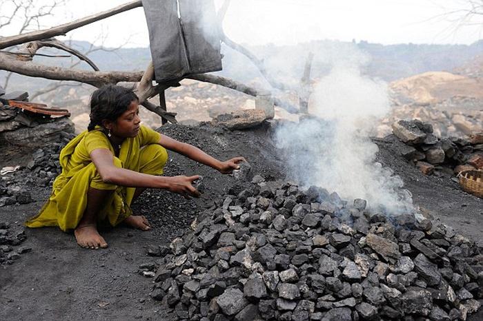 Город рядом с горящими угольными выработками (24 фото)