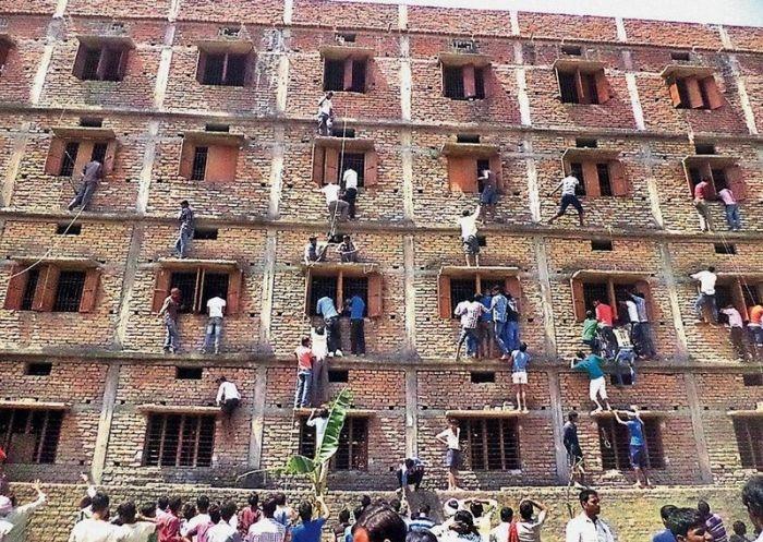 Что заставляет этих людей лезть в это здание?