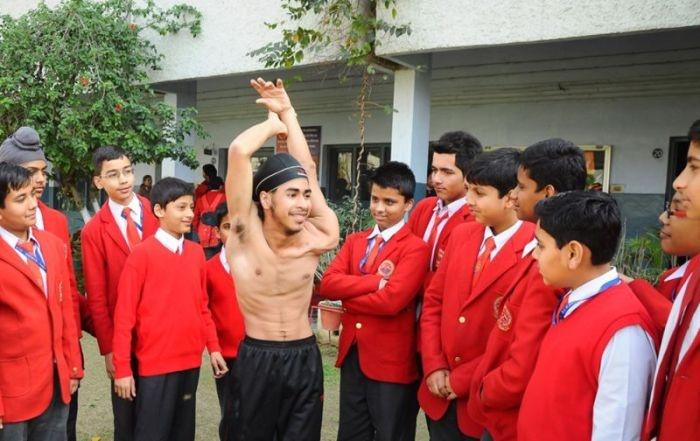 Необычная гибкость подростка из Индии (12 фото)