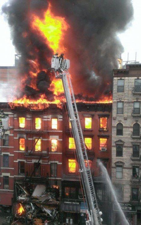 Большой пожар в Нью-Йорке (8 фото)
