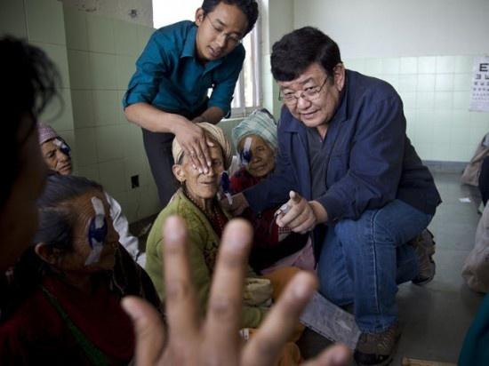 Глазной врач, излечивший 100 тысяч человек (3 фото)