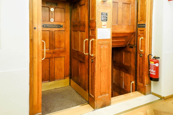 Травмоопасный лифт, в который нужно было запрыгивать на ходу (5 фото и 1 гифка)