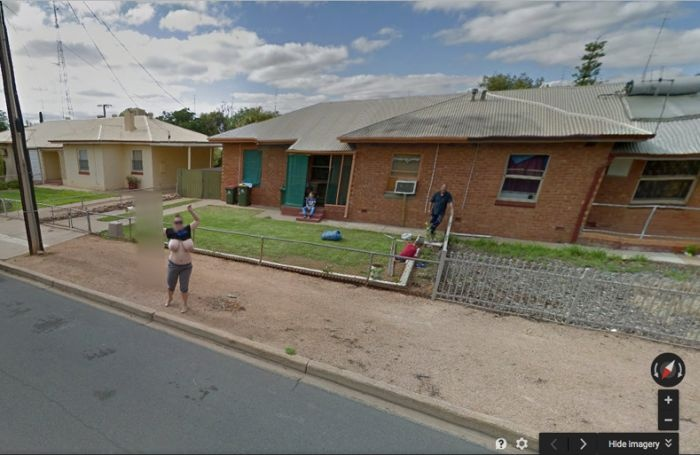 Как стать знаменитой благодаря бюсту и Google Street View (4 фото)