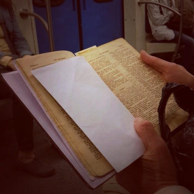 Люди, читающие книги в метро (44 фото)
