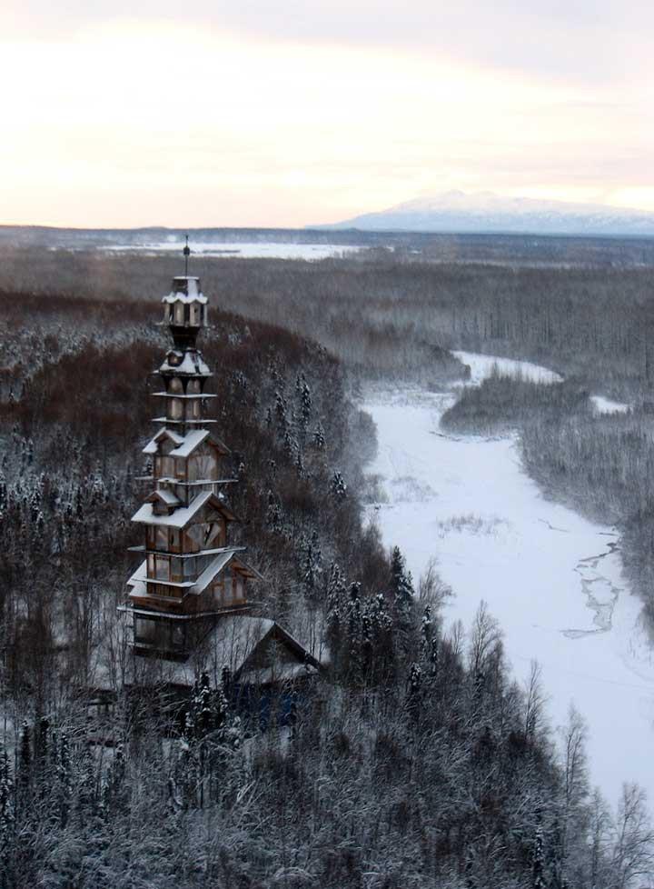 Двенадцатиэтажная избушка в лесах Аляски (9 фото)
