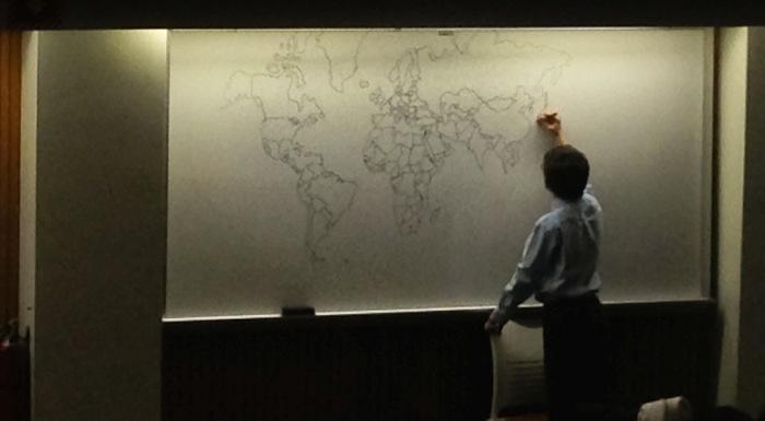 Мальчик-аутист рисует детальную карту мира по памяти (4 фото)