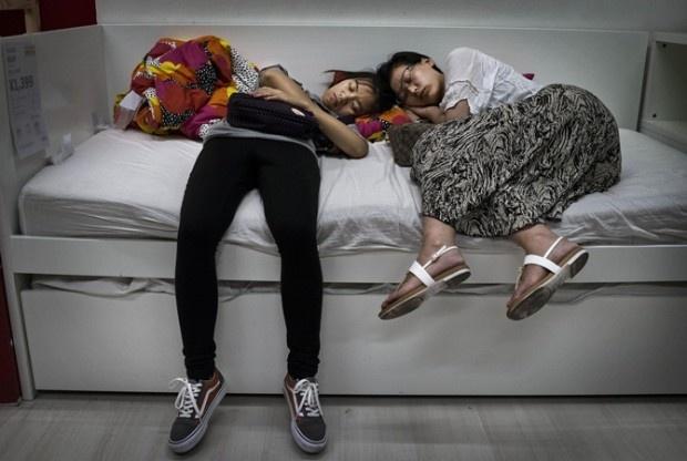 В Китае больше нельзя спать в магазинах IKEA (3 фото)