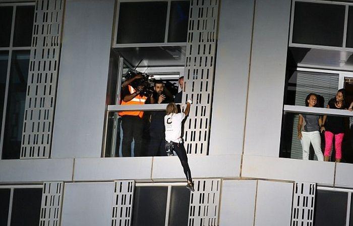 Человек-паук взбирается на 75-этажное здание без каких-либо специальных приспособлений (9 фото)