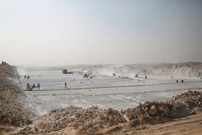 Карьеры известняка на юге Египта (18 фото)