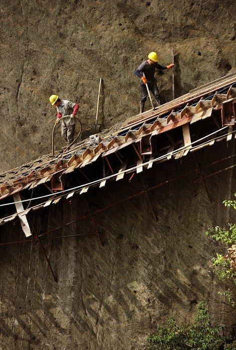 Реконструкция горной тропы на огромной высоте в Китае (17 фото)