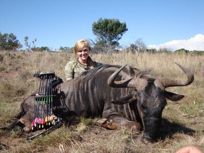 Защитники животных возмущены охотницей, убившей жирафа (14 фото)