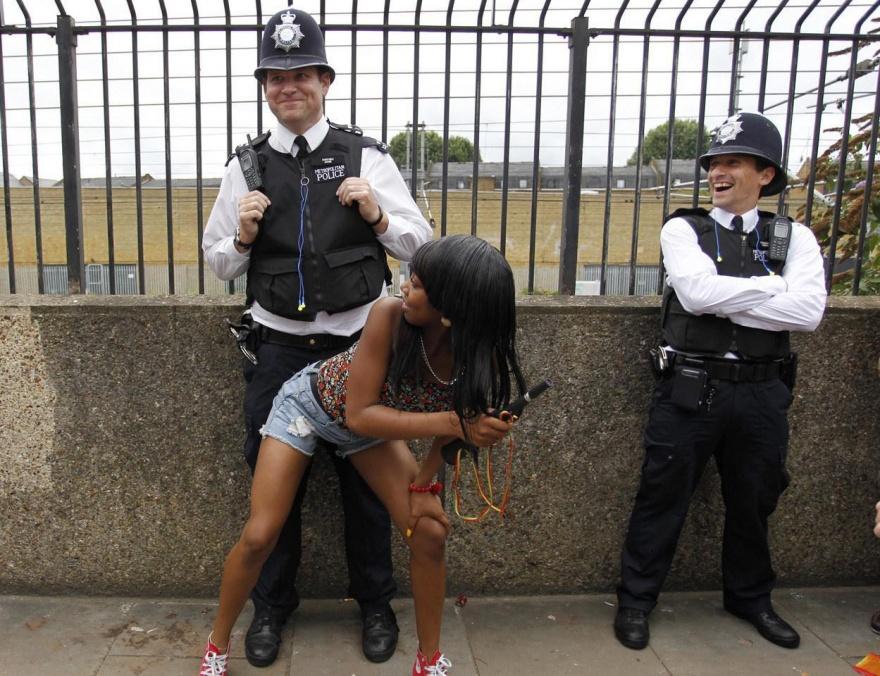 Необычный фотовзгляд на полицейских из разных стран мира (15 фото)