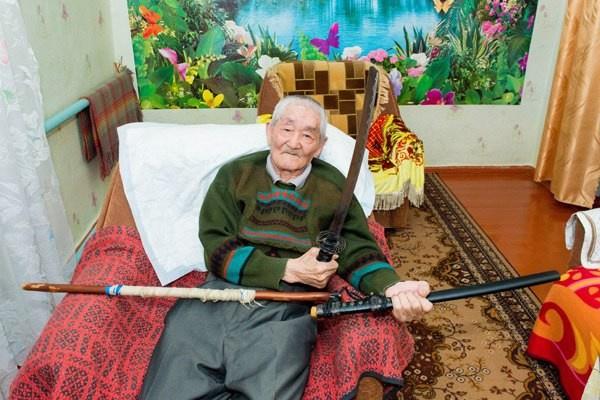 Настоящий самурай-камикадзе из Калмыкии (2 фото)