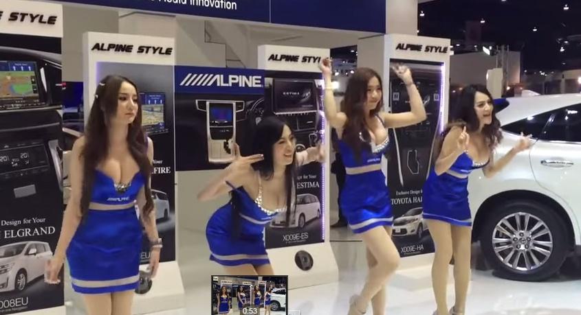 Забавные непрофессиональные танцы моделей Alpine на международном автосалоне