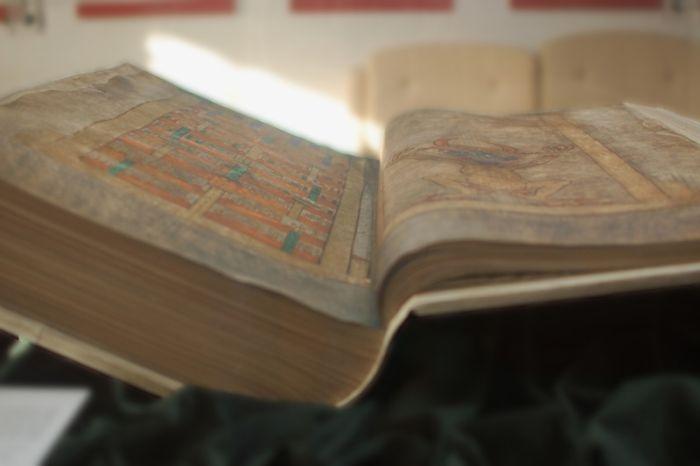 """Уникальная """"Библия дьявола"""" (7 фото)"""