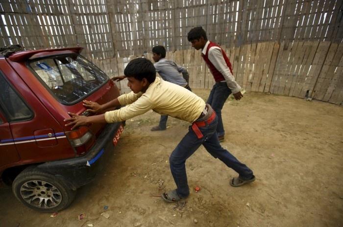 Экстремальный аттракцион в одном из непальских городов (9 фото)