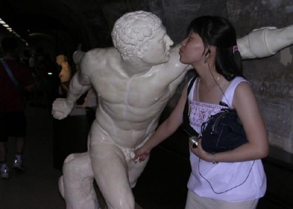 Смешные  и пошлые фотографии с памятниками (25 фото)
