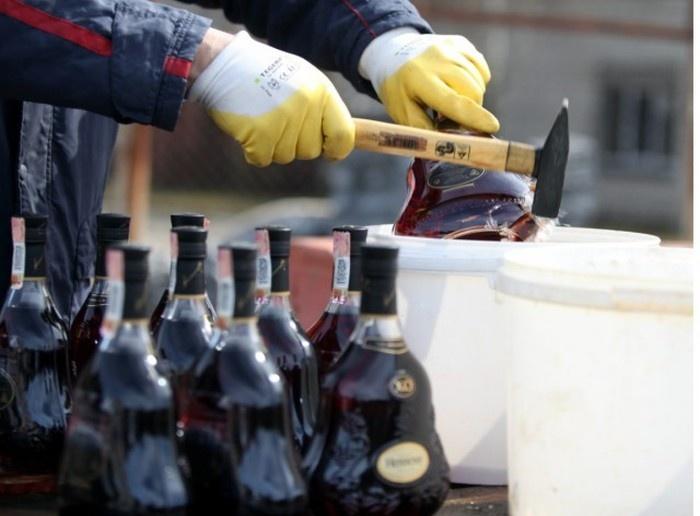 Как происходит уничтожение контрафактного алкоголя в Латвии (11 фото)