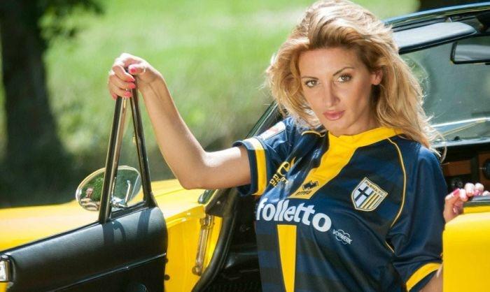Подборка фото итальянской фотомодели, готовой на все ради любимой футбольной команды (21 фото)